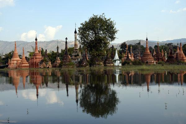 Inlay lake Thakhaung pagoda group